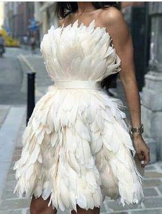 This beautiful feather dress made longer. Short Dresses, Prom Dresses, Wedding Dresses, Mini Dresses, Pretty Dresses, Beautiful Dresses, Mode Editorials, Feather Dress, Dream Dress