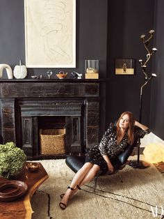 The New York City Townhouse Julianne Moore Calls Home - Schwarze wände Living Room Carpet, My Living Room, Home And Living, Simple Living, Black Fireplace, Fireplace Design, Fireplace Filler, Mantle, Julianne Moore