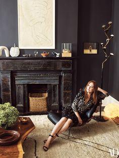 The New York City Townhouse Julianne Moore Calls Home - Schwarze wände Living Room Carpet, My Living Room, Home And Living, Simple Living, Black Fireplace, Fireplace Design, Fireplace Filler, Mantle, Julianne Moore