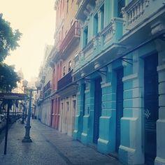 Desde o tempo da ocupação holandesa, a Rua do Bom Jesus era a mais importante do Bairro do Recife, seu traçado natural de velha estrada conduzia viajantes procedentes de Olinda. Inicialmente, ficou conhecida como Rua do Bode (Bockestraet), durante do domínio holandês passou ser chamada Rua dos Judeus, também como Rua da Cruz e Rua dos Mercadores. Em 1870, foi aprovado pelo Conselho Municipal o nome de Bom Jesus, iniciando na Avenida Marques de Olinda até a praça Artur Oscar. As fachadas em…
