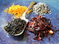 Growing and Drying Calendula for Homemade Flower Tea - ramblingtart Flower Food, Flower Tea, How To Make Tea, Food To Make, Calendula Tea, Cambodian Food, Fall Drinks, Edible Flowers, Learn To Cook