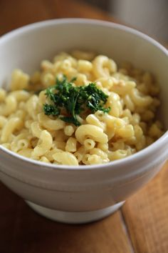 This Italian mac and cheese has a unique spin in that it's a hybrid of two popular dishes — pasta carbonara and mac and cheese. You won't believe how well the cheesy carbonara sauce goes with elbow pasta! Easy Vegetarian Dinner, Vegetarian Recipes, Healthy Recipes, Vegetarian Italian, Veggie Recipes, Healthy Meals, Veggie Meals, Vegetarian Cooking, Delicious Recipes