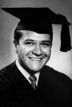 Carlos Castaneda (December 25, 1925 – April 27, 1998) was an American author with a Ph.D. in anthropology.   http://www.ilgiardinodeilibri.it/libri/__gli-insegnamenti-di-don-juan-carlos-castaneda.php?pn=130