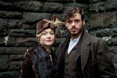 Adaptation du roman le plus connu de D.H. Lawrence. L'histoire d'une épouse frustrée, au mari impuissant, et qui trouve l'épanouissement physique dans les bras vigoureux d'Oliver Mellors, son garde-chasse. Au-delà de cette relation, c'est la peinture d'un choc historique et social qui constitue le monde moderne. Entre la communauté rurale anglaise et le monde industriel, c'est tout le tissu d'un pays qui se déchire...