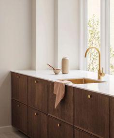 Une cuisine blanche et bois foncé Minimal Kitchen Design, Resurface Countertops, Wooden Cabinets, Wooden Kitchen, Cuisines Design, Kitchen Interior, Home Kitchens, Home Furniture, Dark Oak Furniture