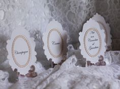 Segnagusto per confettata realizzati con sagoma cammeo dello stemma familiare e cornice ovale in carta giapponese.  Cavalletto realizzato con applicazione motivo intagliato in carta giapponese.