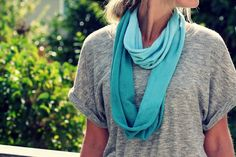 How caute is this ombre Infinity scarf? Infinity scarves are for sure taking over the scarf world and ombre is so trendy too so this is just a whole in one! Diy Scarf, Scarf Shirt, Shirt Scarves, Tee Shirt, Fall Scarves, Infinity Scarf Tutorial, Diy Design, For Elise, Diy Accessoires