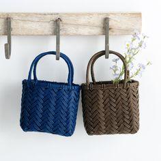 エコクラフト1巻(5m)でちっちゃなかごを作りましょ(手芸の本)   ぬくもり Plastic Baskets, Arts And Crafts, Diy Crafts, Handmade Bags, Japanese Art, Straw Bag, Crochet, Paper Envelopes, Tejidos