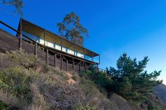 A dramatic cliff overlooks the Pacific Ocean from this peaceful, undeveloped region of Chile. The Chilean Beach Pavilion House by WMR Arquitectos has Wooden Island, Hillside House, Cliff House, Weekend House, Living On The Edge, Eco Friendly House, Architecture Details, Floating Architecture, Modern Architecture