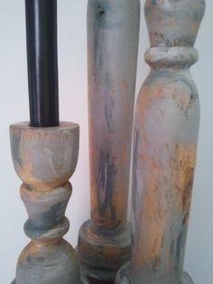 detalle de los candelabros, pintados en tonos gris y encerados.