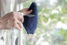 """Spray anticalcare e pulizia vetri per fare in casa pulizie """"naturali"""" e senza ingredienti aggressivi."""