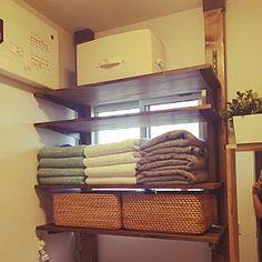 女性で、4LDKの、My Shelf/ナチュラル/壁/天井/収納/デッドスペース/DIY/カインズホーム/ディアウォール/突っ張り/パイン集成材/ツーバイフォー材についてのインテリア実例。 (2016-05-21 12:28:07に共有されました) Diy Home Furniture, Laundry In Bathroom, Diy And Crafts, Towel, Shelves, Storage, Wood, Interior, House