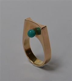 Bent Gabrielsen Pedersen. Ring af 14 kt. guld i moderne design, prydet med to perler af turkis. Stemplet B.G.P. for Bent Gabrielsen Pedersen. Ringstr. 53/Ø 17 mm. Vægt ca. 9,7 gr