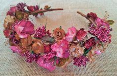 Diadema flores granate y camel Floral Headdress, Flower Headpiece, Fascinator, Flowers In Hair, Fabric Flowers, Hair Barrettes, Headbands, Tiara Hairstyles, Head Jewelry