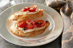 Recipes - Exclusive - Warm Roasted Garlic & Tomato Bruschetta - Kraft First Taste Canada Croque Mr, Sandwich Croque Monsieur, Appetizers For Party, Appetizer Recipes, Dinner Recipes, Tasty, Yummy Food, Yummy Yummy, Yummy Recipes