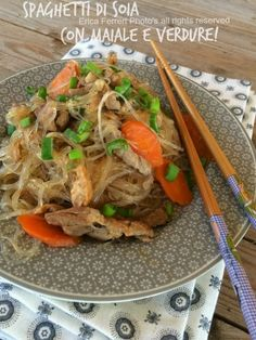 Spaghetti di soia saltati con maiale e verdure - noodles with pork and vegetables