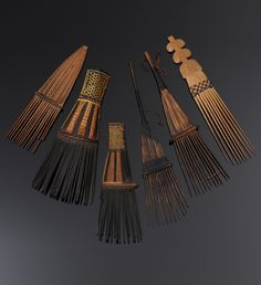 Collection of combs from Malaita, Solomon Islands | Wood, vegetable fiber and resin.-Peines de madera,fibras vegetales y resina de las islas Solomon