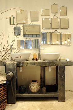 Salle de bain vintage, miroir barbier triptyque, établi en bois