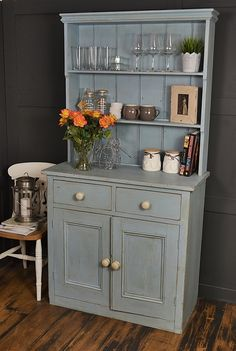 Chic Kitchen Dresser Do kitchen dressers get any bett . Chic Kitchen Dresser Do kitchen dressers get any better than this ! We adore this Shabby Chic Bleu, Shabby Chic Vintage, Style Shabby Chic, Shabby Chic Living Room, Shabby Chic Kitchen, Shabby Chic Furniture, Shabby Chic Decor, Vintage Furniture, Vintage Dressers