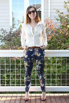 Look com mix de estampas/texturas pela combinação da camisa de renda com a calça floral