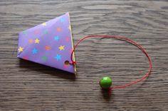 Kleine Nachmittagsfalterei oder wie man an trüben Tagen ein Origami Fangspiel faltet                                                                                                                                                                                 Mehr