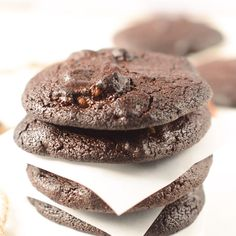 Keto chocolate cookies are easy low carb brownie cookies made with almond flour, coconut oil and unsweetened cocoa powder. Gluten free + dairy free with vegan option. A fudgy low carb chocolate cookie or sugar free cookie. Keto Cookies, Almond Flour Cookies, Brownie Cookies, Coconut Flour, Chip Cookies, Ketogenic Desserts, Keto Snacks, Ketogenic Diet, Comida Keto