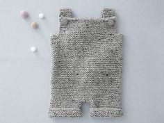 Idéale pour les débutantes en tricot, un modèle de combinaison pour bébé de 3 mois à 1 an réalisée tout au point mousse. Pour lui offrir un maximum de douceur cet hiver. A vos aiguilles !