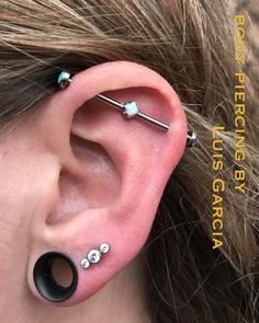 Upgraded this industrial to an @anatometalinc floating gem barbell featuring white opal center and light blue opal ends. Also upgraded the second lobe to an Anatometal 3 stone CZ cluster #piercing #bodypiercing #philly #philadelphia #southstreet...