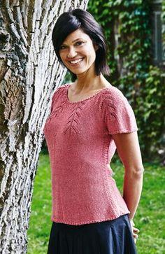 Fin og feminin! Den taljerede bluse med smukt mønsterstrikkket bærestykke er strikket i en behagelig blanding af bomuld, silke og hamp