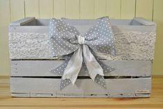 Cassetta della frutta shabby chic | Decorazione con fiocco | FOTO Cardboard Box Crafts, Wood Crafts, Baby Giveaways, Shabby Chic Crafts, Wood Creations, Wooden Decor, Baby Boy Gifts, Wood Boxes, Baby Decor