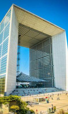 La Defense.Paris. distrito de negocios. Rascacielos de oficinas. Obras de arte al aire libre.