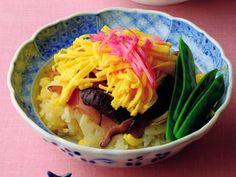 土井 善晴 さんの「ちらしずし」。子どものころよく食べた、春のおすしです。高価な材料はなくても、ひとつひとつの素材を丁寧に扱ってつくられたおすしは、「特別な料理」として心に残るものです。家族とともに楽しんでつくり、味わってください。 NHK「きょうの料理」で放送された料理レシピや献立が満載。