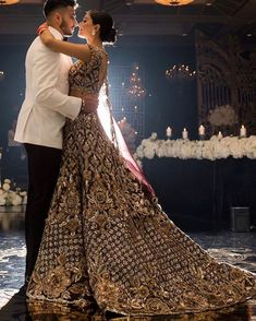 Trends are, lehengas with trail ❤️❤️❤️❤️ how sexy! Indian Bridal Lehenga, Indian Bridal Outfits, Pakistani Bridal Wear, Indian Dresses, Punjabi Wedding, Pakistani Dresses, Indian Reception Outfit, Indian Wedding Photography Poses, India Wedding