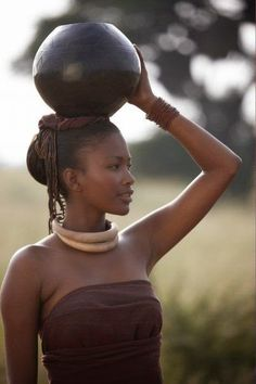 Zulu woman, South Africa ---- απο που καταλαβαινουμε οτι αυτη η φωτογραφια ειναι στημενη;