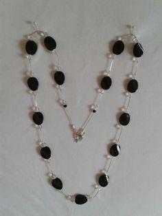 Collar largo en piedras negras y transparentes en cadena plateada