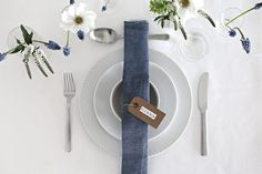 White and blue table setting | Stylizimo