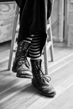 Witch//Striped tights / socks and black ankle boots Hipster Grunge, Grunge Goth, Old Boots, Shoe Boots, Street Style Vintage, Moda Outfits, Striped Tights, Striped Stockings, Neue Outfits