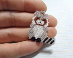 Racoon charm beaded racoon racoon keychain by Creadivacreations Seed Bead Projects, Beading Projects, Beaded Jewelry Patterns, Beading Patterns, Peyote Stitch Patterns, Racoon, Beaded Animals, Beaded Ornaments, Bijoux Diy