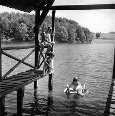 Baignade à l'étang d'Aubessanges. 1955. Photographer: Robert Doisneau