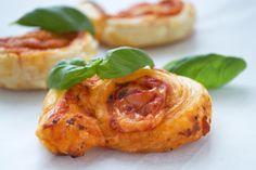 Mit diesem Rezept bereiten Sie im Handumdrehen leckere Pizzaschnecken aus Blätterteig zu. Sie eignen sich perfekt als Apérogebäck.