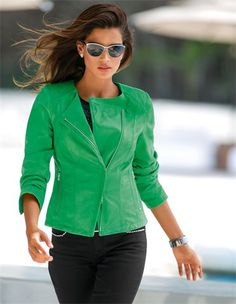 Lederjacke aus Lammnappa, Sonnenbrille mit Metallrahmen, Jeans mit Strass