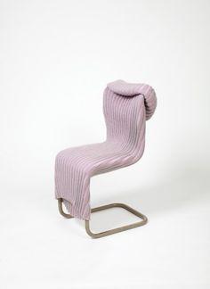 Perché acquistare una nuova sedia quando si possono vestire quelle che già avete? Ci hanno pensato Anke Bernotat e Jan Jacob Borstlap, dello studio olandese Bernotat & Co, progettando abiti su misura che regalano alle vecchie sedie più comfort, nuove funzionalità e un tocco di poesia.