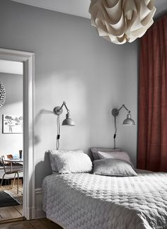 I like this home with soft color accents, vintage pieces and playful patterns. The green kitchen stands out, but looks very soft and inviting and I like the dark red curtain in the bedroom combined with the grey bedding and … Continue reading → Scandinavian Interior, Home Interior, Scandinavian Style, Ideas Hogar, Ivy House, Red Curtains, Grey Bedding, White Bedroom, Minimalist Home