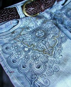 I wear these all the time! and I think I did this 6 years ago Jean Crafts, Denim Crafts, Painted Jeans, Painted Clothes, Bleach Pen, Denim Art, Embellished Jeans, Clothing Hacks, Fabric Painting