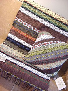 Use handwoven fabric diagonally for a pillow cover. Weaving Tools, Weaving Projects, Weaving Art, Loom Weaving, Hand Weaving, Weaving Textiles, Weaving Patterns, Pillow Inspiration, Weaving Techniques