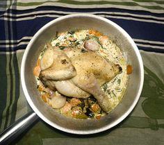 Geschmortes halbes Huhn mit Apfelwein, Kokosmilch gebratenen Scheibchen der Karotte, Schalotten, Salbei und frischem Estragon.