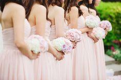 Hoje, traze-mo-vos alguns exemplos de damas-de-honor vestidas em tons pastel - como rosas, azuis ou laranjas. Eternos, etéreos, deliciosos!