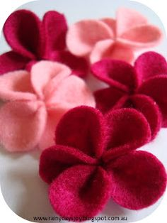 Felt flowers tutorial by Rainy Days Joy (So Pretty! Felt Diy, Felt Crafts, Crafts To Make, Fabric Crafts, Sewing Crafts, Sewing Projects, Diy Crafts, Felt Projects, Handmade Flowers