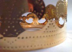 Marie Pendariés -  (Perpignan,1981) Diplomada en la Haute École des Arts du Rhin (Estrasburgo, Francia), promoción de 2008.  La vida cotidiana y sus rituales, la familia y el hogar como lugar de reunión alrededor del fuego y de la comida, son los temas centrales de mi investigación (La dot, Tâches ménagères,…). En mis trabajos doy gran importancia a los materiales y a su valor simbólico.   En las últimas piezas, esta búsqueda de valores y de conceptos me ha llevado a producir una obra