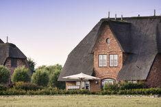 Die Fassade besteht aus altenroten Klinkersteinen #Senhoog #Morsum #Sylt